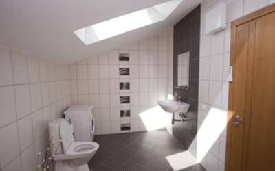 Банята, коридорът и кухнята са важни помещения в жилището. Обърнете внимание на светлината в тях