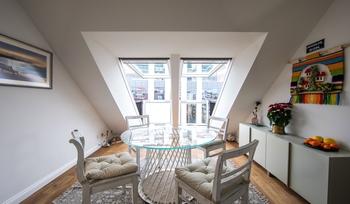 Мансардният апартамент от мечтите – пълна трансформация на мрачния подпокривен етаж